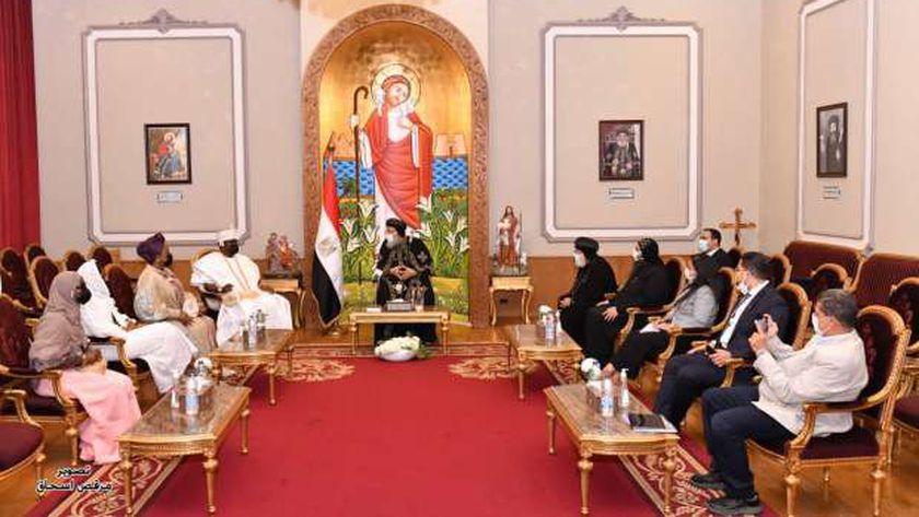 البابا مع ملك مقاطعة إيرو النيجيرية