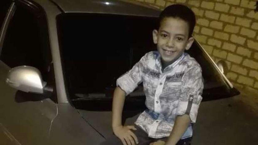 """الطفل """"عمر"""" الذي تم العثور عليه مشنوق بمنزله"""