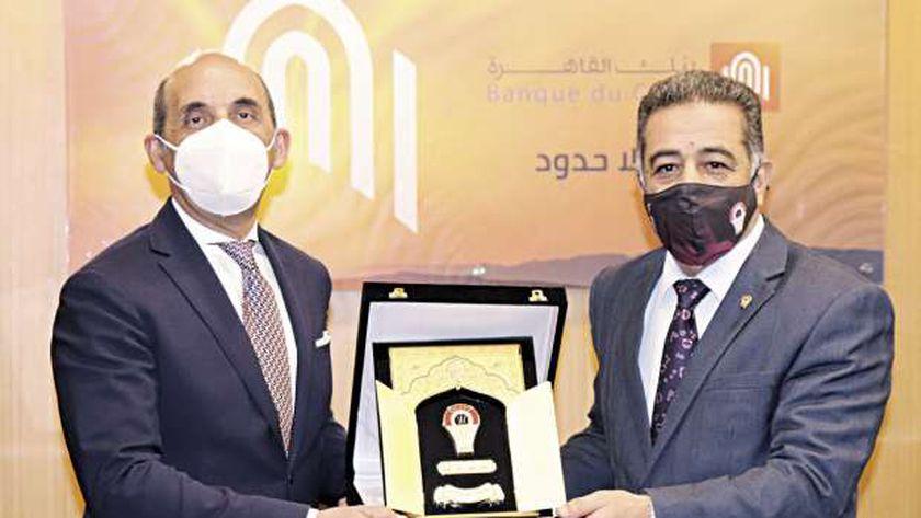 «فايد» يتسلم درع التكريم من الاتحاد المصرى لكرة السلة