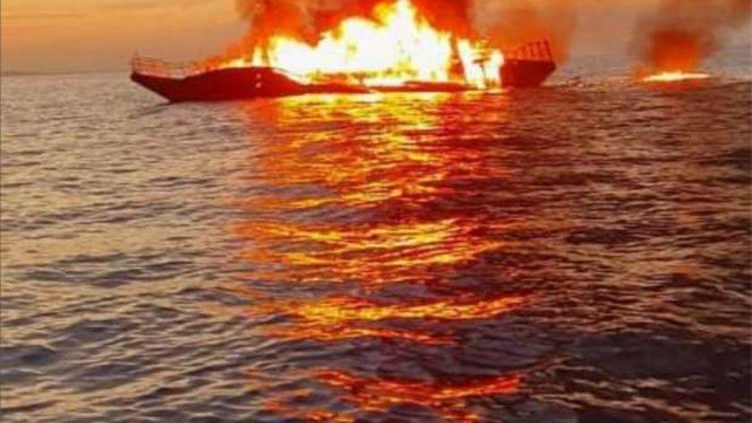 اشتعال النيران في مركب بالغردقة