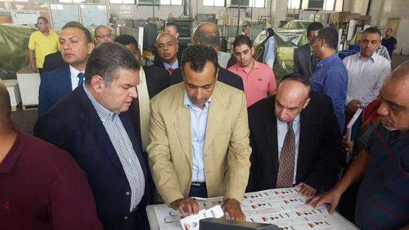 جولة هشام توفيق وزير قطاع الأعمال العام