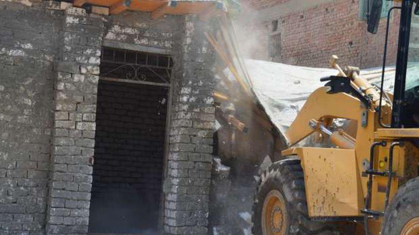 معدات الأجهزة التنفيذية فى بنى سويف تواصل حملات الإزالة للمبانى المخالفة