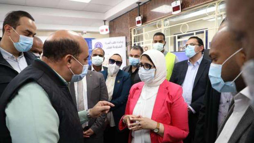 وزيرة الصحة تتحدث مع محافظ أسوان