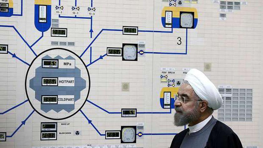 الرئيس الإيراني يتفقد أحد المنشآت النووية الإيرانية