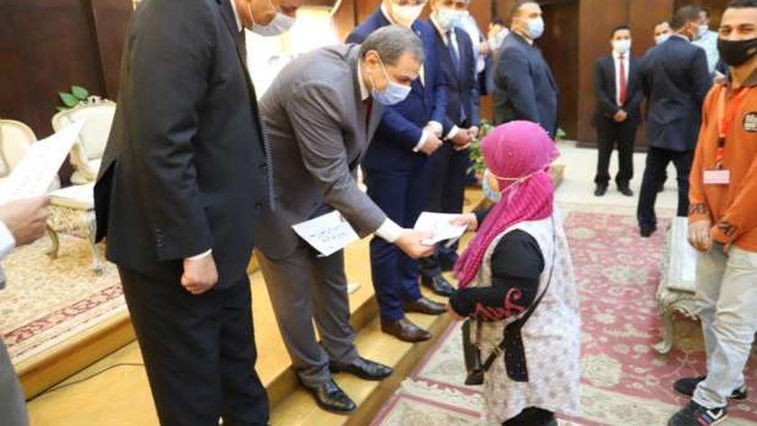 وزيرالقوى العاملة ومحافظ الفيوم يسلمان 208 عقد عمل لذوي الهمم