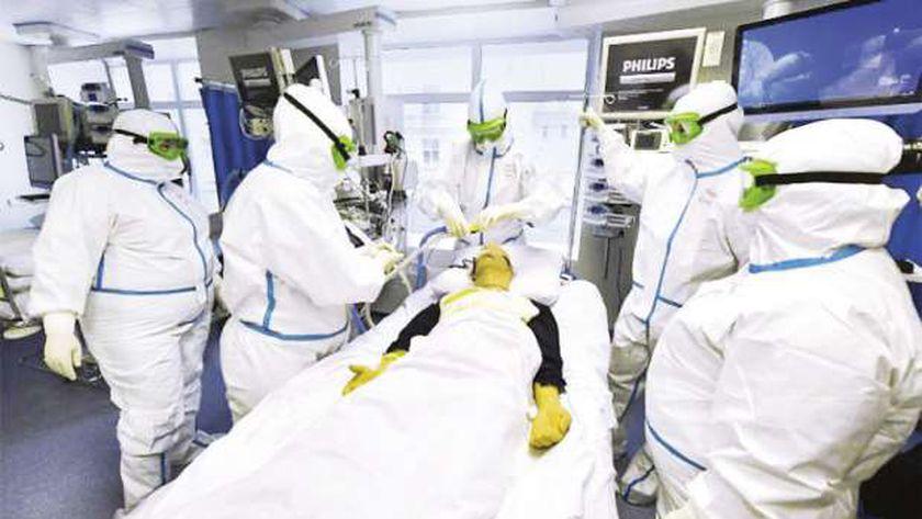 أطباء يتابعون حالة أحد المصابين بالفيروس فى مستشفى بموسكو