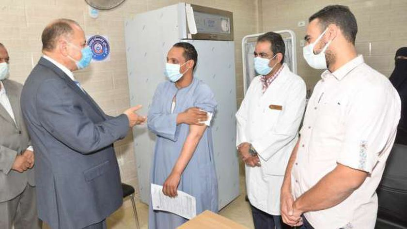 محافظ أسيوط خلال تفقده سير العمل بمركز التطعيم بلقاح كورونا