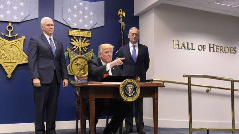 «ترامب» خلال توقيع قرار تزويد القوات المسلحة الأمريكية بسفن حربية وطائرات «أ . ف. ب»