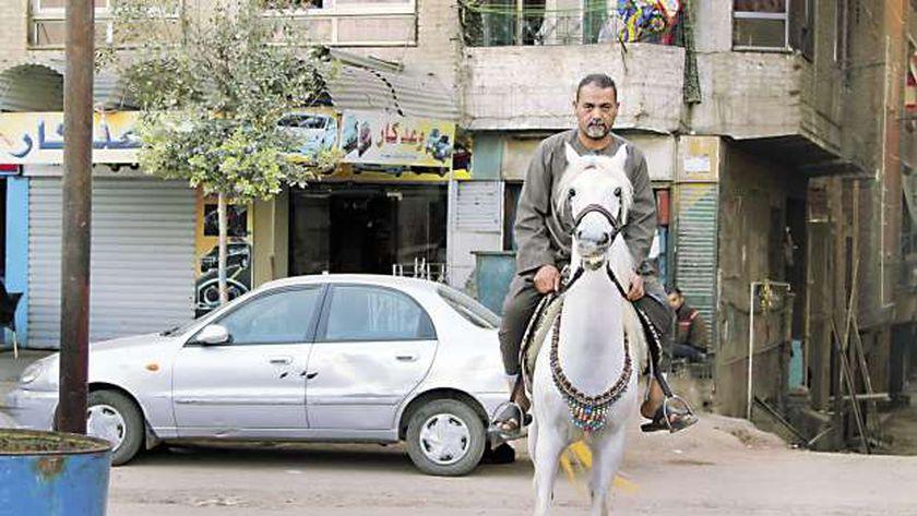 «جمعة» وحصانه «شمس»