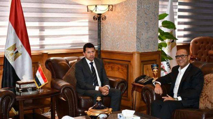 وزير الرياضة خلال استقباله للفنان أشرف عبد الباقي