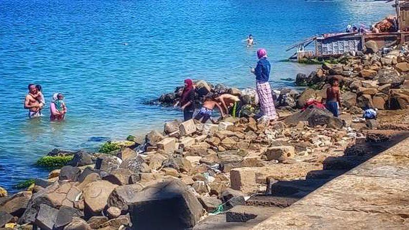 تسلل المواطنين إلى شواطئ الإسكندرية