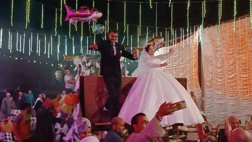 بالصور : حفل زفاف عروسين يستقلان لودر نقل بشوارع إحدي قري المحلة