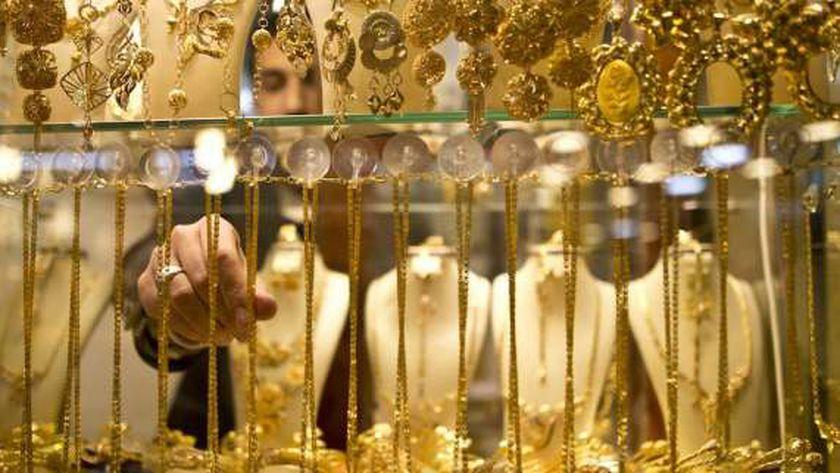 الذهب يتراجع إلى أدنى أسعاره في 11 شهر