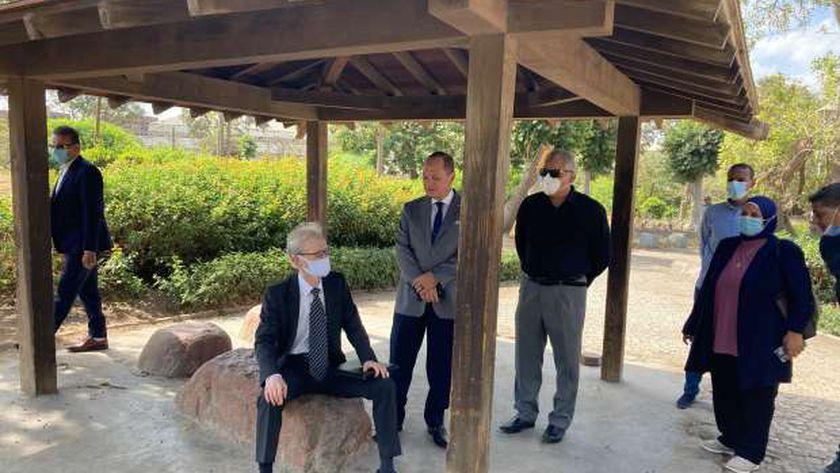 سفير اليابان بالقاهرة خلال زيارته لحديقة طوكيو بحلوان