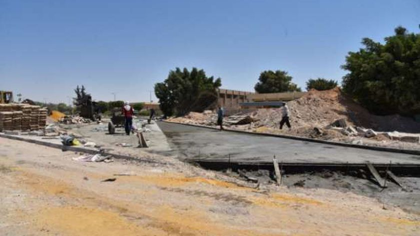 جانب من أعمال رصف طريق محطة توزيع مياه الشرب بمطروح