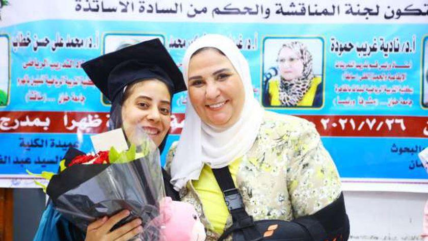 وزيرة التضامن مع الطالبة أثناء مناقشة رسالة الماجستير