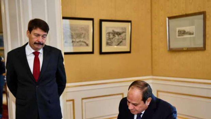 الرئيس يكتب كلمة في سجل الشرف بالقصر الرئاسي في العاصمة المجرية بحضور رئيس المجر