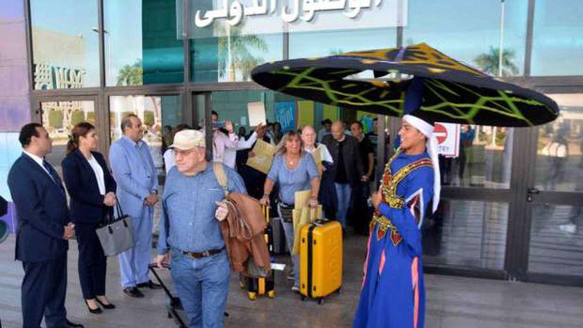 وصول السياح لمطار الأقصر الدولي - أرشيفية