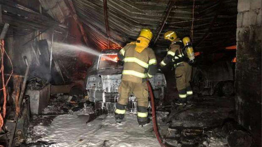 عناصر من قوات الإطفاء في الكويت