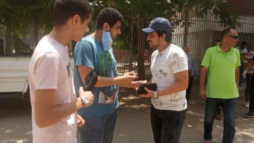 طلاب يتناقشون حول الامتحانات في القليوبية