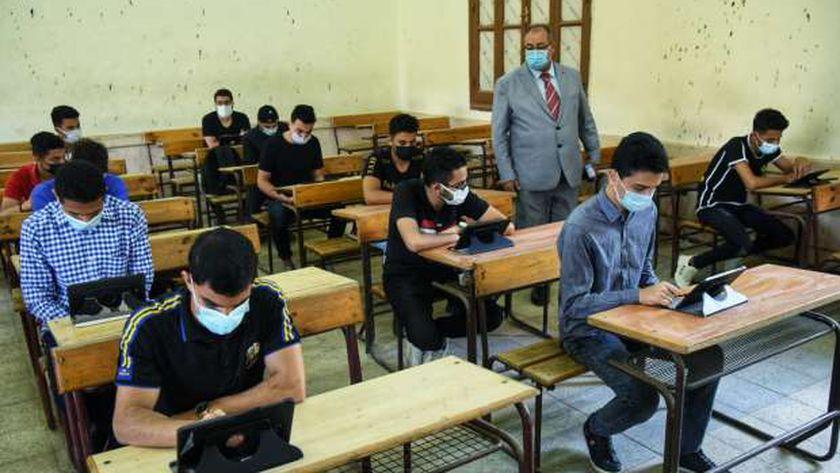 طلاب الثانوية العامة أدوا الامتحان التجريبى الثانى لشهر مايو
