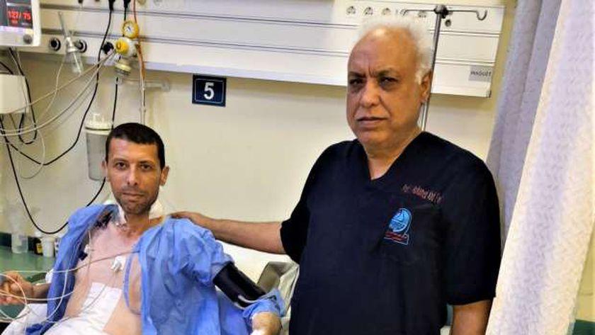 الدكتور محمد عبد الوهاب مع المريض