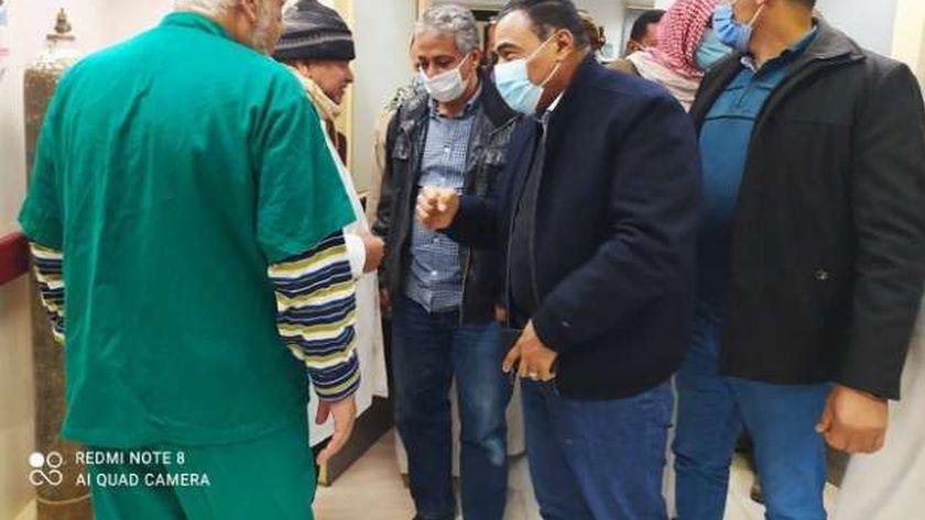 اللواء خالد شعيب محافظ مطروح خلال متابعته المصابين بحادث سيوة داخل مستشفى سيوة المركزى