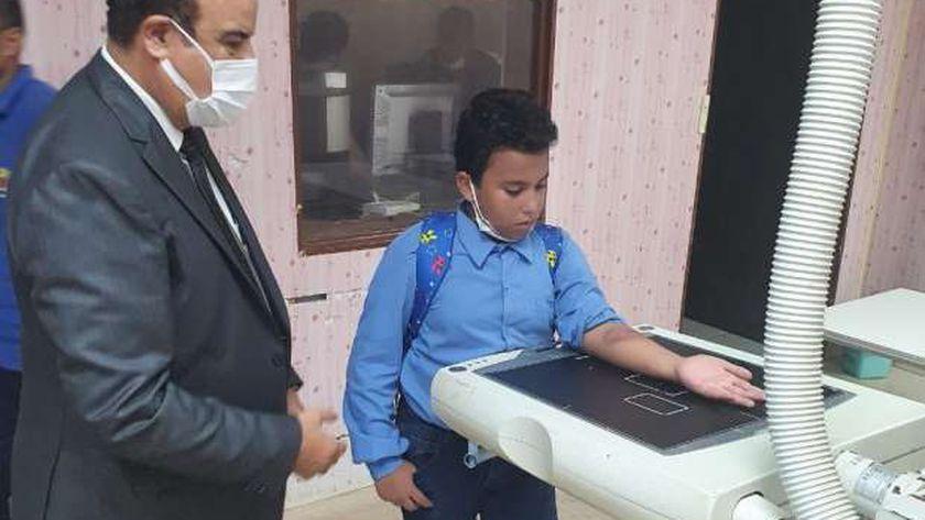 طالب مطروح المعتدى عليه خلال اجراء أشعة على يده بحضور وكيل وزارة التربية والتعليم بمطوح
