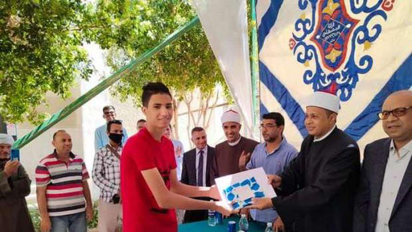 رئيس منطقة الأقصر الازهرية يُكرم الطلبة من أوائل الثانوية