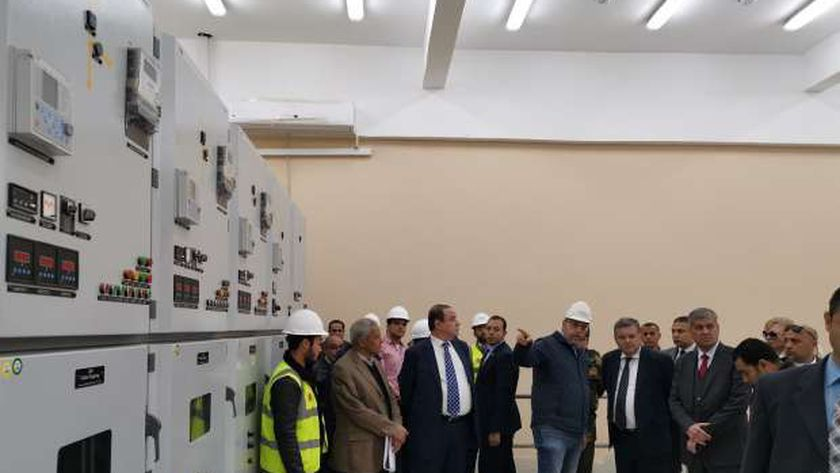 وزير قطاع الأعمال العام في صورة أرشيفية قبل جائحة كورونا داخل أحد مصانع الشركات