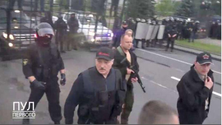 رئيس بيلاروسيا يحمل السلاح في وجه المحتجين