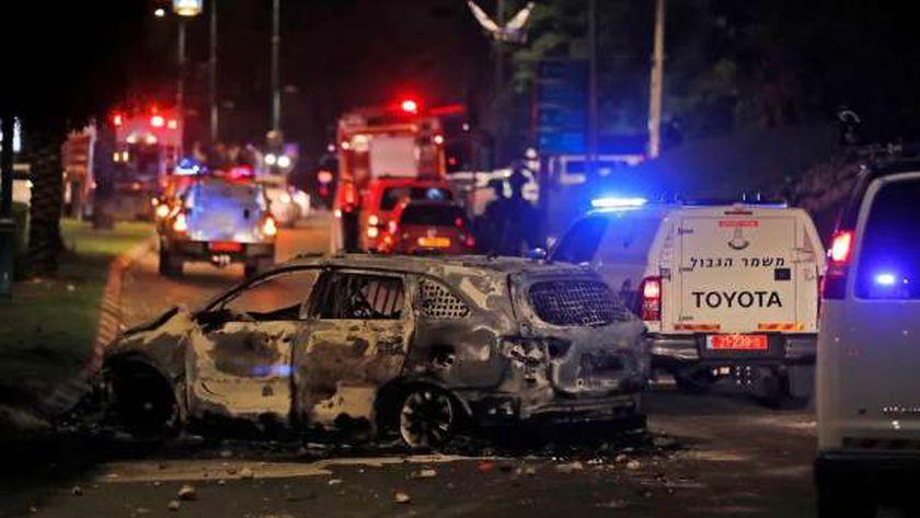 احتراق سيارة في مدينة اللد وسط إسرائيل