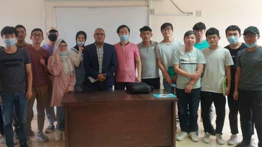 الطلبة الصينيون أول دفعة تتخرج من برنامج الليسانس العربية