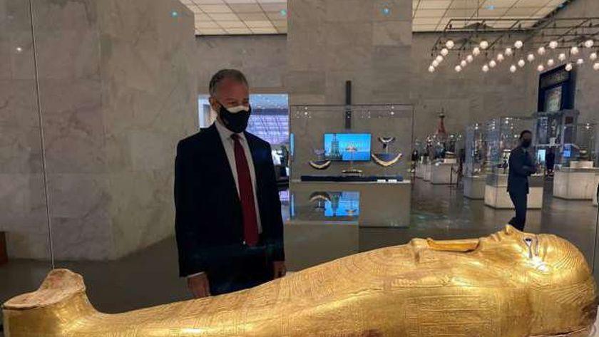 السفارة الأمريكية: السفير معجب بتابوت الكاهن نجم عنخ الذهبي