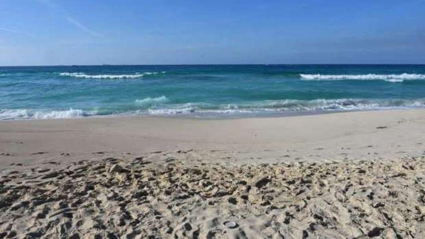 أحد الشواطئ المطروحة للمزايدة العلنية