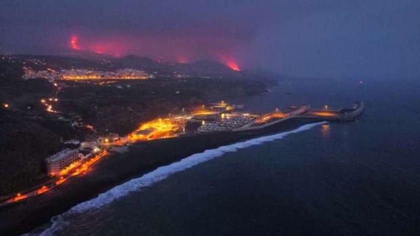 الحمم البركانية تصل للمحيط