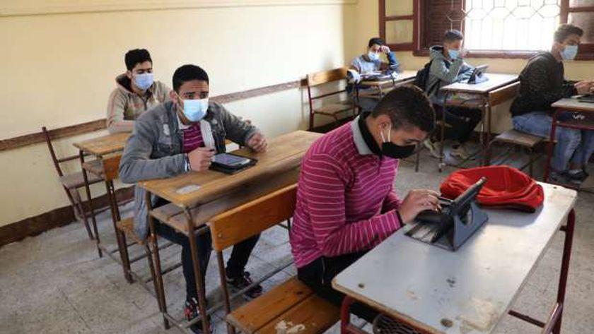 طلاب أولى ثانوي أثناء أداء امتحانات اليوم