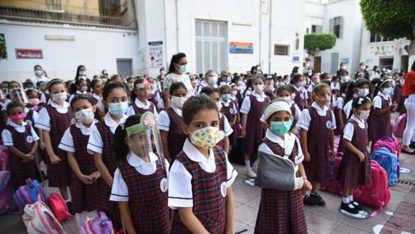 التلاميذ يلتزمون بارتداء الكمامات الطبية أثناء الطابور الصباحي بسبب كورونا