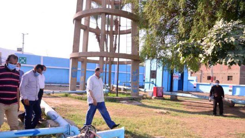 محافظ أسيوط يتفقد سير العمل بمحطتي المياه ومعالجة الصرف بقرى أبوتيج