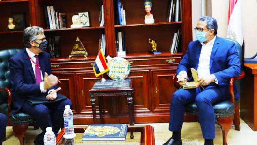وزير السياحة والآثار يستقبل سفير بريطانيا بالقاهرة