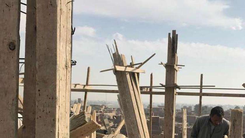 إزالة دور مخالف في مبني سكني بمدينة أخميم بسوهاج