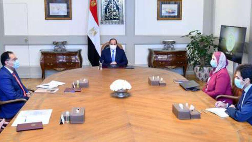 الرئيس عبدالفتاح السيسي خلال اجتماعه مع رئيس الوزراء ووزيرة التضامن اليوم