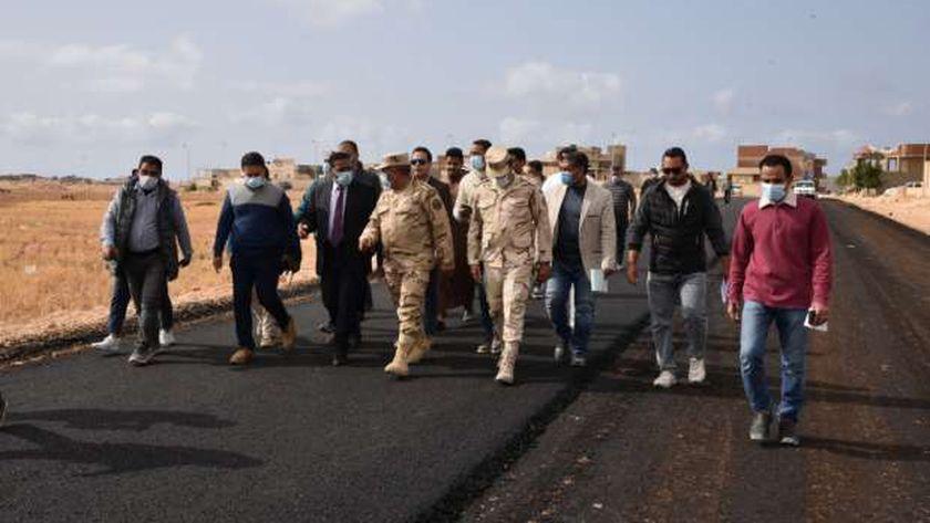جانب من تفقد محافظ مطروح طريق علي حميدة بمدينة مرسي مطروح