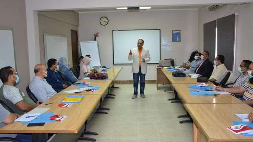 العاملين بشركة مياه الشرب بالجيزة خلال الدورة التدريبية