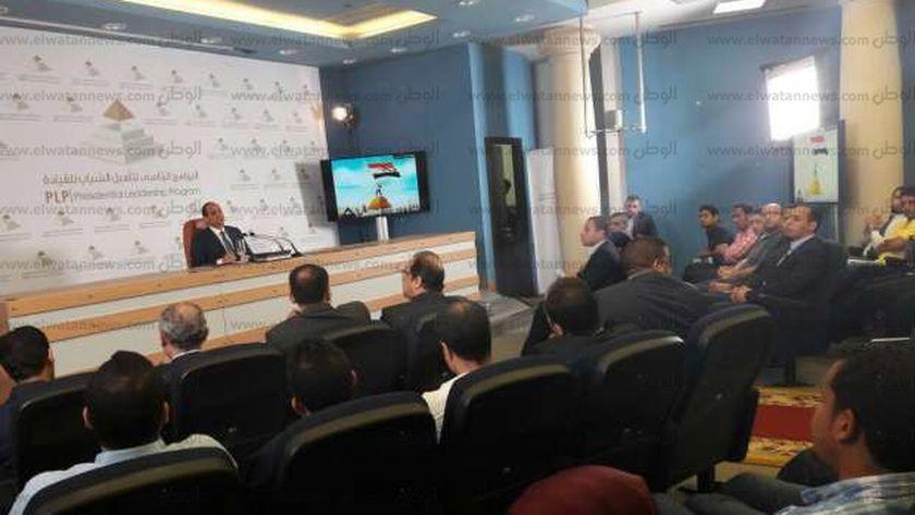 الرئيس عبدالفتاح السيسي مع شباب البرنامج الرئاسي