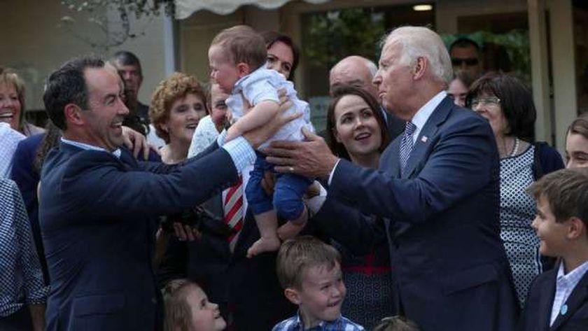 الرئيس المنتخب مع ابن عمه وعائلته خلال زيارته لأيرلندا