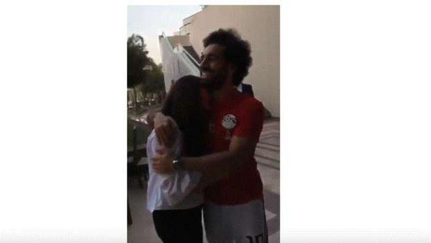 محمد صلاح يحتضن إحدى معجباته