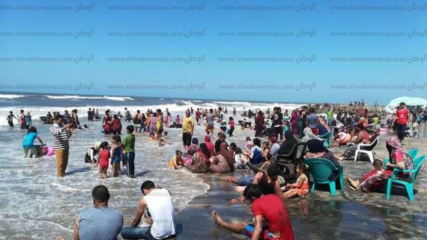 زحام بشواطئ مصيف بلطيم