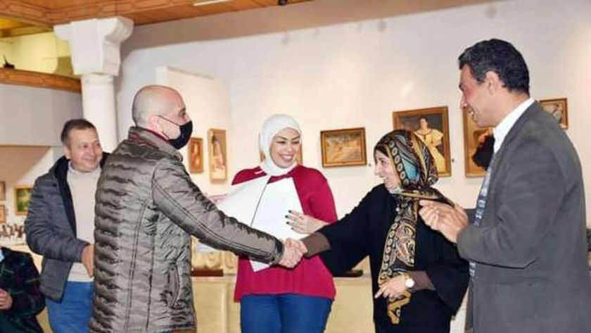 صورة «الفنون التشكيلية» يُكرم أعضاء اللجنة العليا لمتحف الفن المصري الحديث – مصر