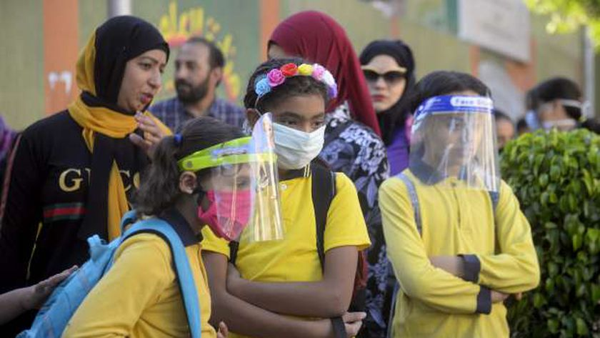 طلاب يرتدون واقي الوجه داخل إحدى المدارس
